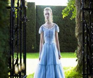 Puzle Alenka (Mia Wasikowska) mladý 19 roků starý, vstupující do viktoriánského panství, kde žil v dětství