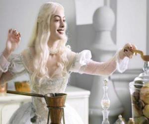 Puzle Bílá královna (Anne Hathaway) pracuje na lektvar