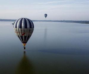 Puzle Balón letící nad vodou