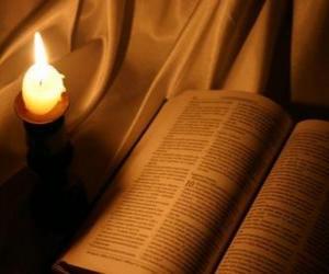 Puzle Bible a zapálil svíčku na oltáři