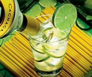 Puzle Caipirinha je brazilský koktejl složený z rumu, limetky, cukr a led.