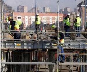 Puzle Celkový pohled na dům ve výstavbě s různými operátory práce