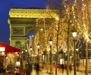 Puzle Champs Élysées zdobí na Vánoce s Vítězným obloukem v pozadí. Paříž, Francie