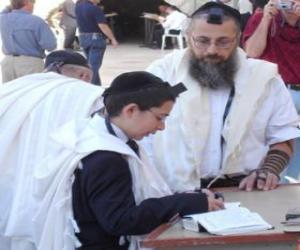 Puzle Chlapec studoval s jeho učitelem, jak s Kipa, rituální malá část lebky