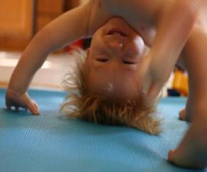 Puzle Dítě dělá přemet kotrmelec