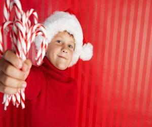 Puzle Dítě se klobouk Santa Clause a bonbony hole v ruce