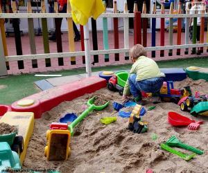 Puzle Dítě v pískovišti