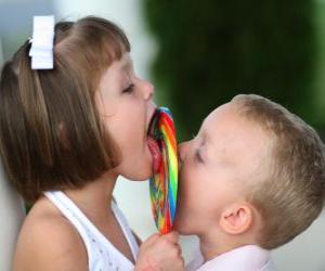 Puzle Dívka a chlapec sucking velká lízátka
