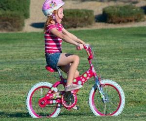 Puzle Dívka na kole v parku na jaře