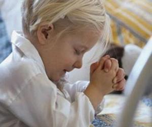 Puzle Dívka se modlí s rukama v modlitbě