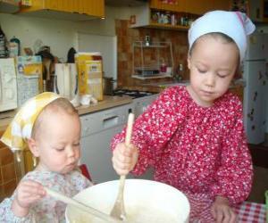 Puzle Děti připravuje dort jako překvapení dárek pro mámu