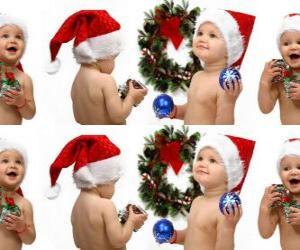 Puzle Děti se Santa Claus klobouky a hrát si s vánoční ozdoby