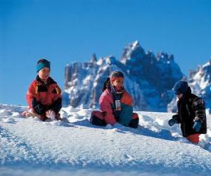 Puzle Děti se těší vánoční svátky, hrají ve sněhu
