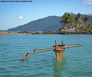 Puzle Dřevěná kánoe na pobřeží Afriky