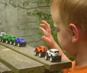 Děti si hrají s autíčky děti skupiny dva chlapci a