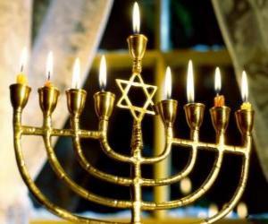 Puzle Devět-rozvětvené svícen s zapálené svíčky, Hanukiah používané při oslavách Chanuka