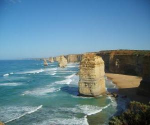 Puzle Dvanácti apoštolů, je shluk vápencových jehly vystupující z moře u pobřeží Port Campbell národní park ve státě Victoria, Austrálie.