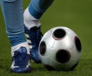 Puzle Fotbalista jízdy míč