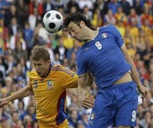 Puzle Fotbalista skokem na hlavu míč, nebo trefit míč s hlavou