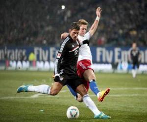 Puzle Fotbalista v době kope míč