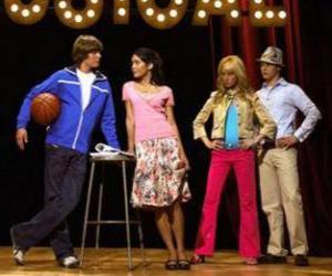 Puzle Gabriella Montez (Vanessa Hudgens), Troy Bolton (Zac Efron), Ryan Evans (Lucas Grabeel) Sharpay Evans (Ashley Tisdale), ve scénáři