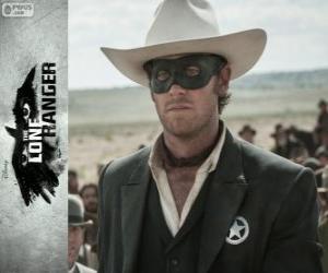Puzle John Reid (Armie Hammer) ve filmu Osamelý jezdec