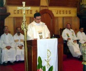 Puzle Kněz za řečnickým pultem