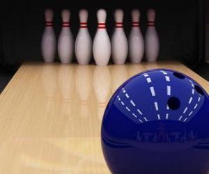 Puzle Kuželky. Míč směrem k bowlingových kolíků. Bowling