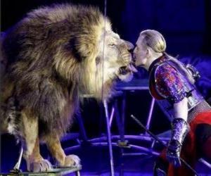 Puzle Lev se svým trenérem s bičem v ruce