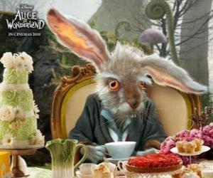 Puzle March Hare, je známá pro házení do vzduchu konvice a jiné předměty