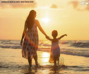 Puzle Matka s dcerou na pláži