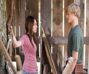 Puzle Miley Stewart (Miley Cyrus), mluví s Travisem Brody (Lucas Till)