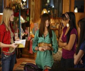 Puzle Mitchie Torres (Demi Lovato) od Tess Tyler (Meaghan Jette Martin) a Margaret