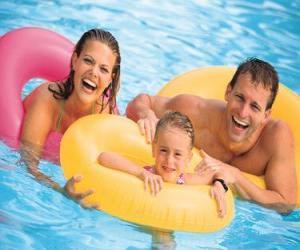 Puzle Mladý pár se svou dcerou do bazénu