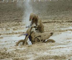 Puzle Motocykl vytrvalostní uvězněna v blátě