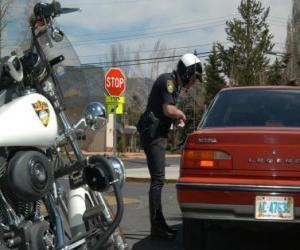 Puzle Motorizovaný policista se svým motocyklem a dát pokutu na řidiče
