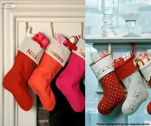 Puzle Několik visí vánoční punčochy plné dárků