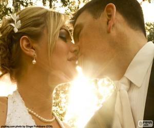 Puzle Nevěsta a ženich polibek