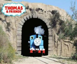 Puzle Přátelské parní lokomotiva Thomas vycházející z tunelu