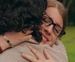 Puzle Patito a Leandro setkat, a to jak plakat a objímat.