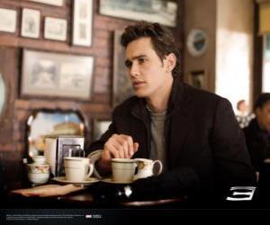 Puzle Peter Parker, seděl zamyšleně v New Yorku cafetria