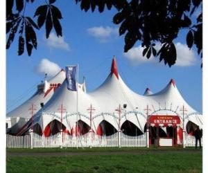 Puzle Pohled z cirkusového stanu nebo šapitó připraven pro výkon funkce, nebo