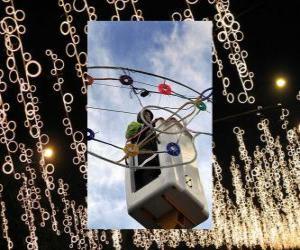 Puzle Provozovatel uvádění okrasných vánoční osvětlení