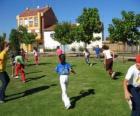 Skupina dětí hraje