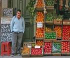 Prodávající ovoce a zeleniny ve svém obchodě
