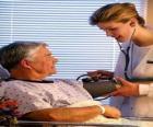 Lékařské nebo lékař zkoumá nemocného