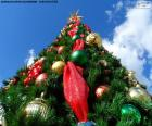 Vánoční strom s míčky a hvězdy a velká hvězda svítí nahoru