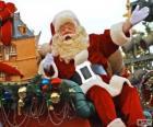 Santa Claus mával z magické saně naložené s vánoční dárky