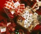 Vánoční dárky ozdobená stuhami
