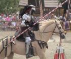 Rytíř v brnění a se svým kopím připraven namontované na koně i chráněné brnění